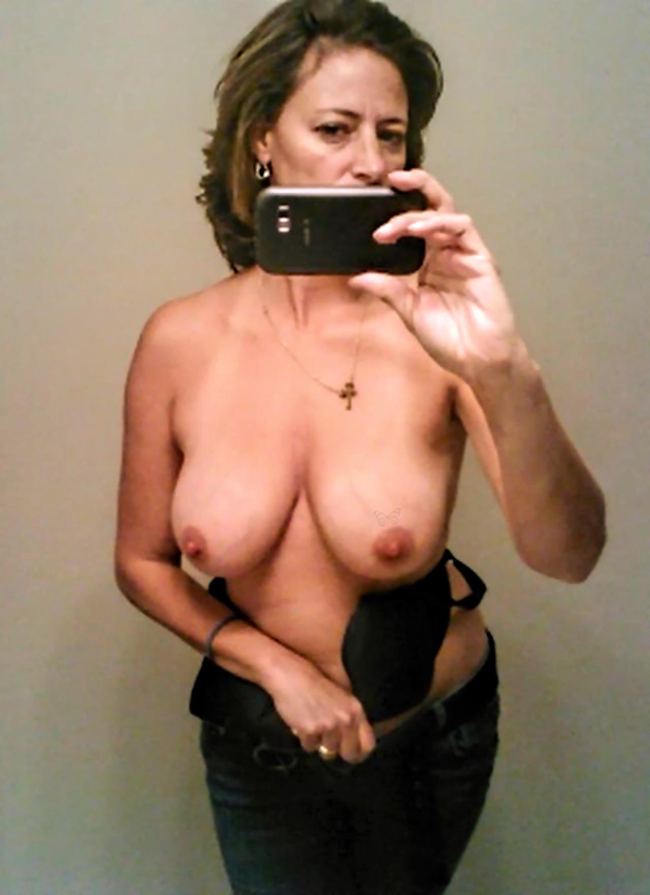 femme nue du 33 avale du sperme